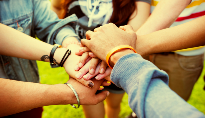 relationer - hænder der rækker ud psykoterapeut