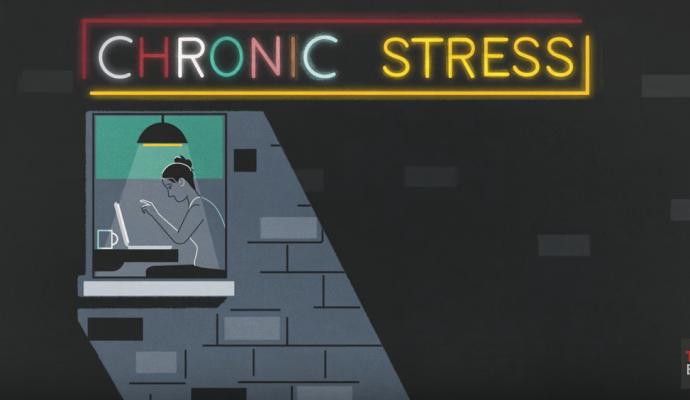 Kvinder der arbejder over, skilt hvor der står chronic stress psykoterapeut